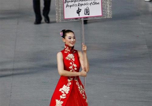 图文-开幕式举中国牌子的美丽女孩 靓丽出场