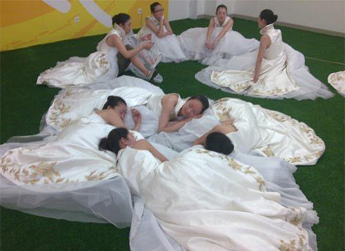 图文-开幕式举中国牌子的美丽女孩 睡姿曼妙