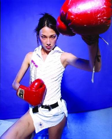 图文-超模运动造型祝福奥运 戴小奕玩转拳击