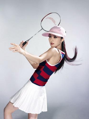 图文-范冰冰奥运时尚写真 挥动球拍