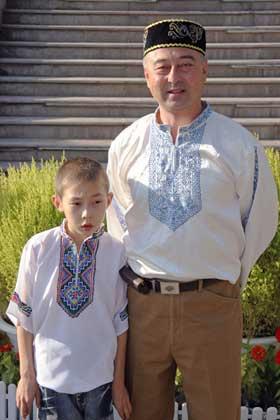 图文-祝福北京塔塔尔族使者评选 吐尔逊和他的儿子