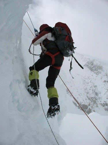 图文-迦舒布鲁姆I峰攀登全记录 吉吉攀登陡峭冰壁