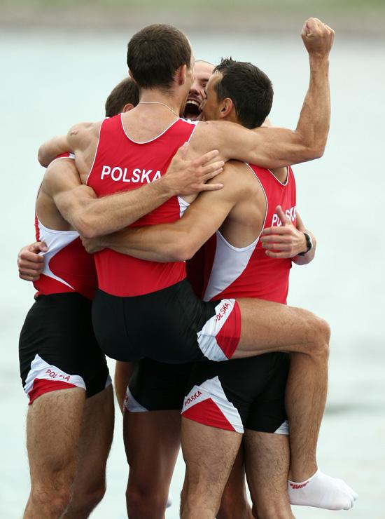 图文-[奥运]赛艇男子四人单桨 波兰队庆祝银牌