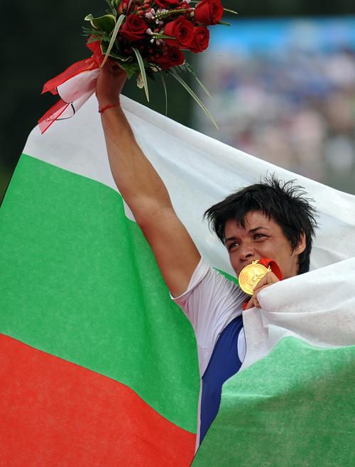 图文-奥运会赛艇经典瞬间回顾 奈科娃亲吻金牌