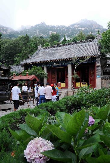 图文-奥帆赛掀起崂山旅游热 游客在崂山太清宫游览