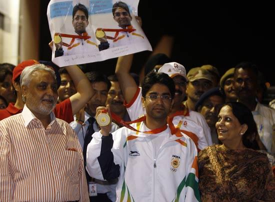 图文-印度奥运首金得主归国受欢迎 英雄凯旋归来