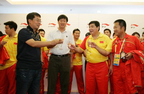 图文-中国射击队奥运庆功宴 举杯欢庆巅峰时刻