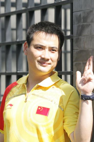 图文-中国射击队酷帅写真 邱健表情坚毅