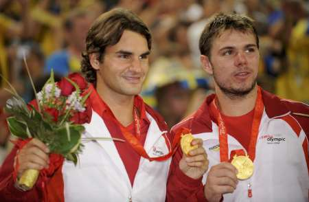 图文-网球男子双打决赛 费德勒和瓦夫林卡展示金牌