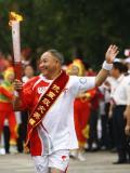 图文-奥运圣火在乐山传递 向观众挥手致意