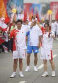 图文-奥运圣火在四川成都传递 第二第三棒火炬手