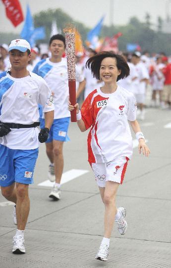 图文-奥运圣火在四川成都传递 陈鲁豫第35棒