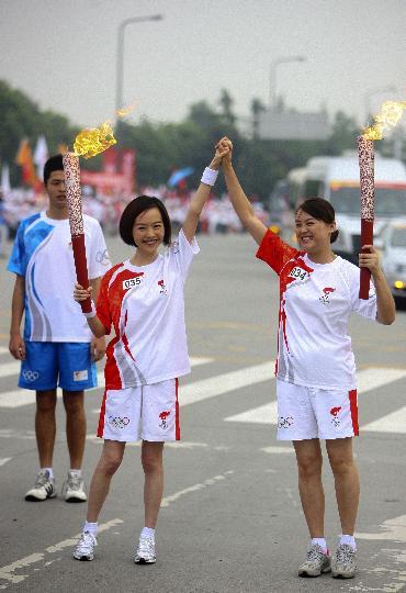 图文-奥运圣火在四川成都传递 陈鲁豫和郭瑜交接
