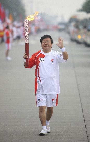 图文-奥运圣火在四川成都传递 第46棒火炬手魏明伦