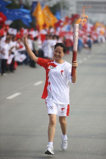 图文-奥运圣火在四川成都传递 陈莉萍笑容灿烂