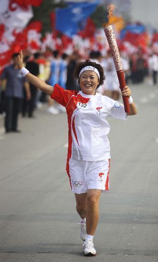 图文-奥运圣火在四川成都传递 第132棒火炬手邹湘英