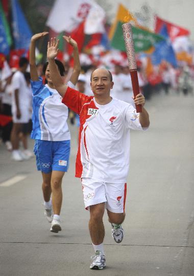 图文-奥运圣火在四川成都传递 第167棒火炬手程德昭