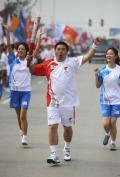 图文-奥运圣火在四川成都传递