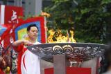 图文-奥运圣火在四川成都传递 圣火盆被点燃