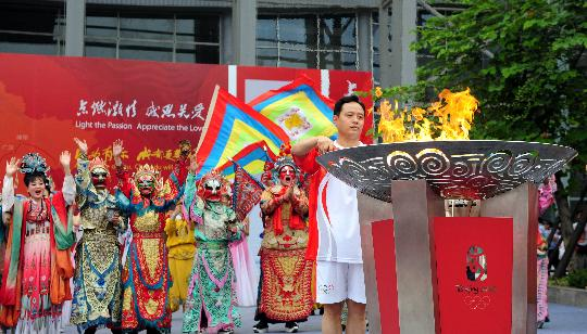 图文-奥运圣火在四川成都传递 余志荣点燃圣火盆