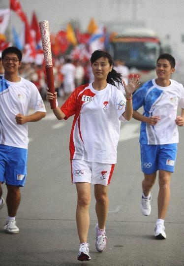 图文-奥运圣火在四川成都传递 第115棒火炬手钟婷