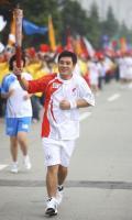 图文-奥运圣火在四川成都传递 第79棒火炬手王龙