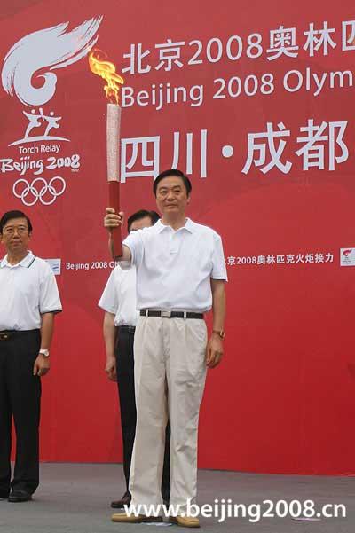 图文-奥运圣火在四川成都传递 刘奇葆展示火炬