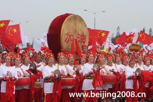 图文-奥运圣火在四川成都传递 威风锣鼓为奥运加油