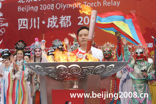 图文-奥运圣火在四川成都传递 抗震英雄展示火炬