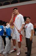 图文-奥运圣火北京首日传递 姚明在想些什么