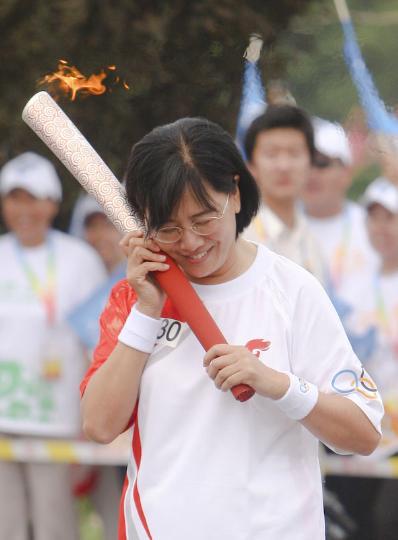 图文-奥运圣火最后一日传递 张明在火炬传递中