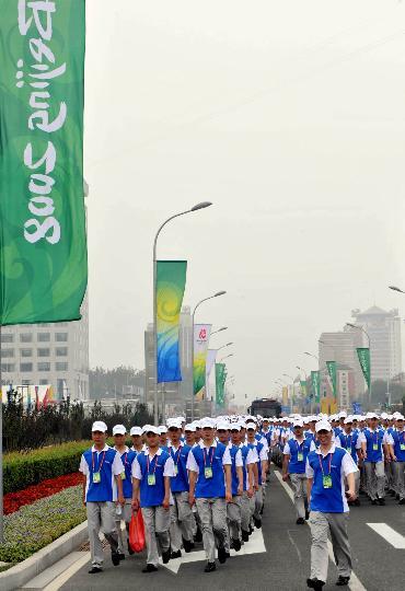 图文-奥运倒计时1天 开幕式工作人员在去鸟巢路上