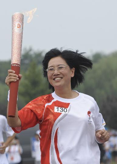 图文-奥运圣火最后一日传递 张明手持火炬十分兴奋