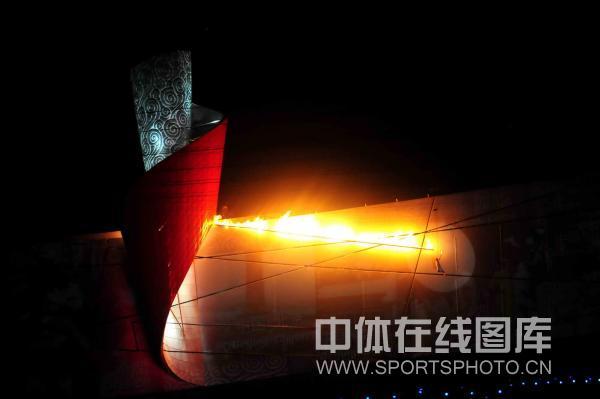 图文-开幕式火炬传递及点火仪式 圣火冲向火炬瞬间