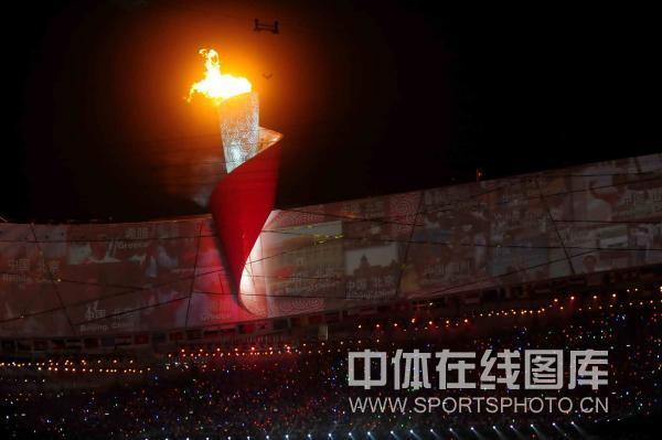 图文-开幕式火炬传递及点火仪式 圣火映照中国大地