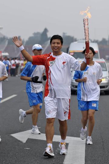 图文-奥运圣火在北京进行首日传递 火炬手鲁向东