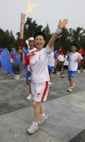 图文-奥运圣火在北京进行首日传递 火炬手徐滔