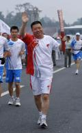 图文-奥运圣火在北京首日传递 时家林招手致意