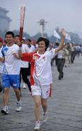 图文-奥运圣火在北京首日传递 火炬手顾晓今