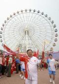 图文-奥运圣火在北京进行首日传递 美丽的背景