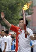 图文-奥运圣火在北京进行首日传递 火炬手陈小川