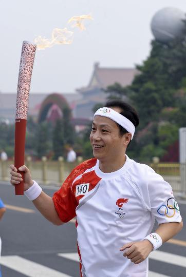 图文-奥运圣火在北京进行首日传递 火炬手罗京
