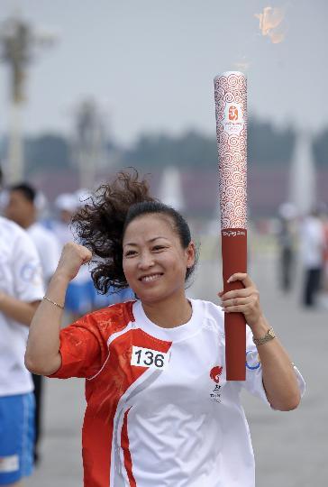 图文-奥运圣火在北京进行首日传递 火炬手李对红