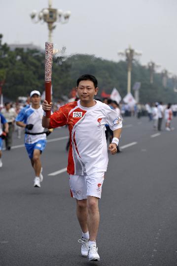 图文-奥运圣火在北京进行首日传递 火炬手周超
