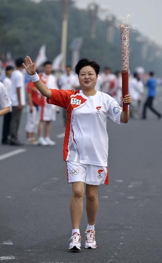 图文-奥运圣火在北京进行首日传递 火炬手李瑞华