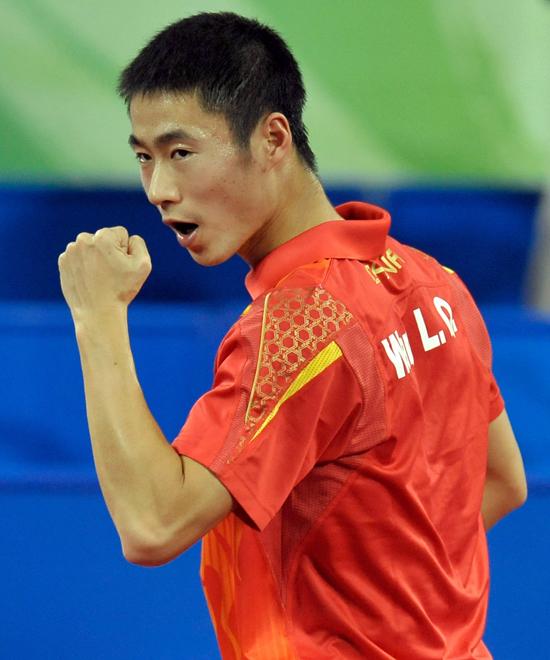 图文-[奥运]乒球男单1/4决赛 王励勤庆祝轻松的胜利
