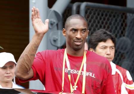 图文-美国男篮观战沙排赛 科比开心挥手致意