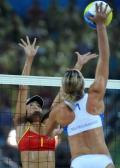 图文-女子沙排双方对垒 秀出健美身段