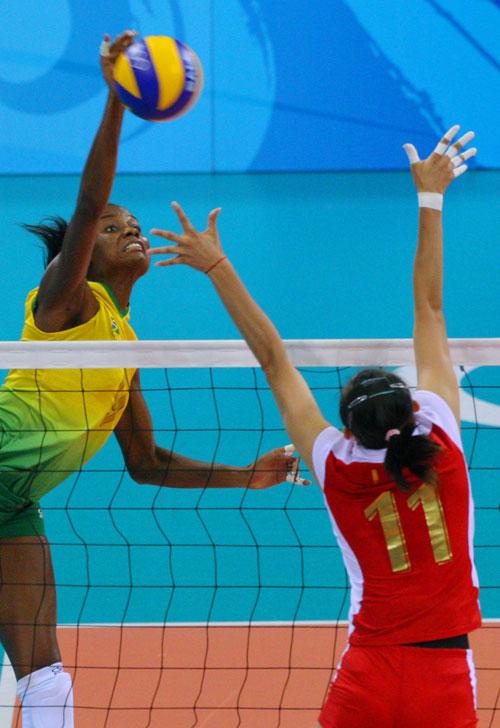 图文-女排半决赛中国VS巴西 中国队李娟起跳拦网