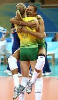 图文-女排半决赛中国0-3巴西 马列安妮抱起帕乌拉庆祝